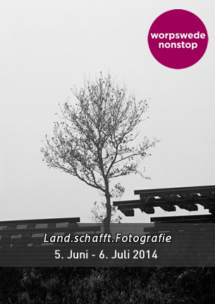 """Der Kreis der Worpsweder Fotografen war gegenüber den Vertretern der anderen Kunstsparten im Künstlerdorf von jeher überschaubar. Insofern präsentiert """"Land.schafft.Fotografie"""" mit 12 Akteuren nahezu geschlossen die zeitgenössischen Protagonisten auf dem Gebiet der Fotokunst …"""