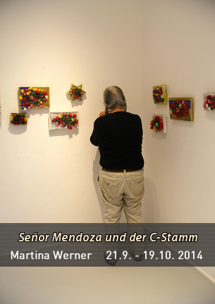 In ihrer Ausstellung -lesen- verbindet Martina Werner Schriftarbeiten, Zeichnungen, Bilder und Objekte aus ihrem Gesamtkunstwerk Señor Mendoza und der C-Stamm zur Rauminstallation.
