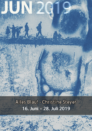 ALLES BLAU !  Mit der Cyanotypie setzt die Künstlerin Christine Steyer eines der ältesten fotografischen Verfahren neu in Szene. Ihre charakteristische Blautönung erhalten die Abzüge durch die Belichtung einer Eisensalz-Emulsion.